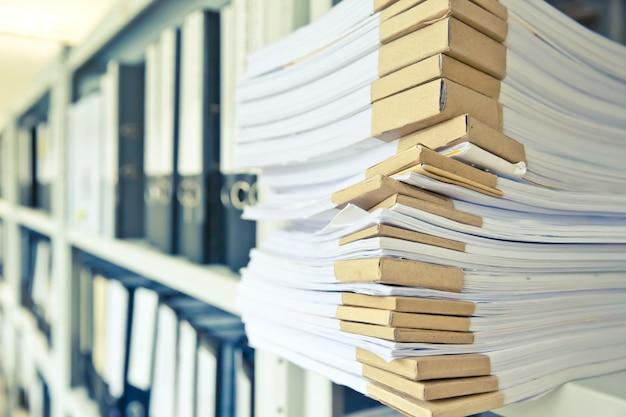 Pilha de documentos na prateleira na sala de armazenamento de arquivos.
