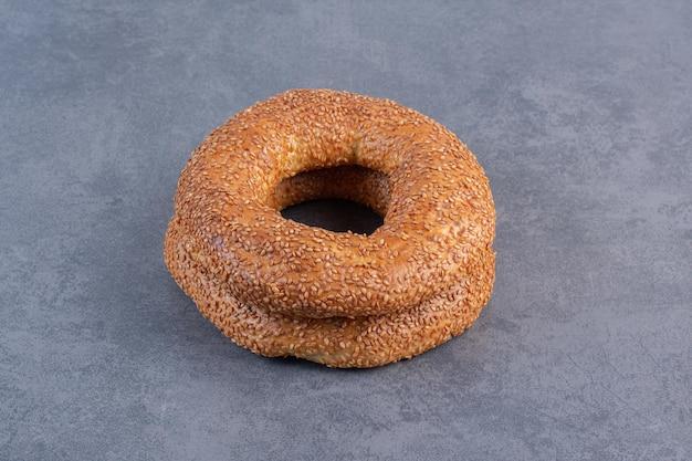 Pilha de dois bagels crocantes no fundo de mármore. foto de alta qualidade