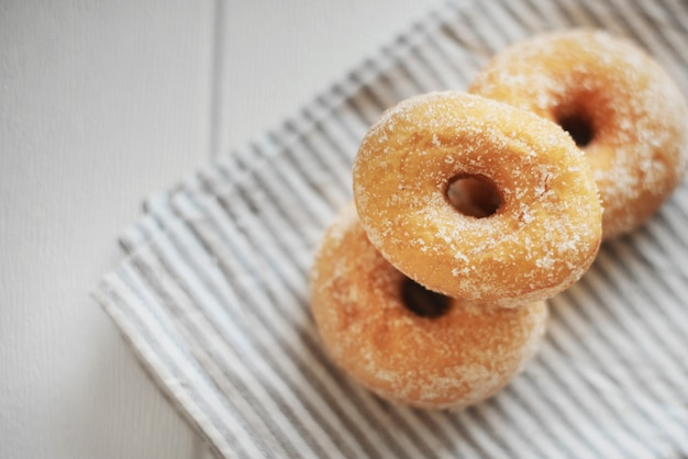 Pilha de donut americano na toalha