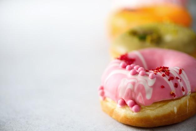 Pilha, de, envidraçado, colorido, assorted, donuts, com, chuviscos, ligado, cinzento