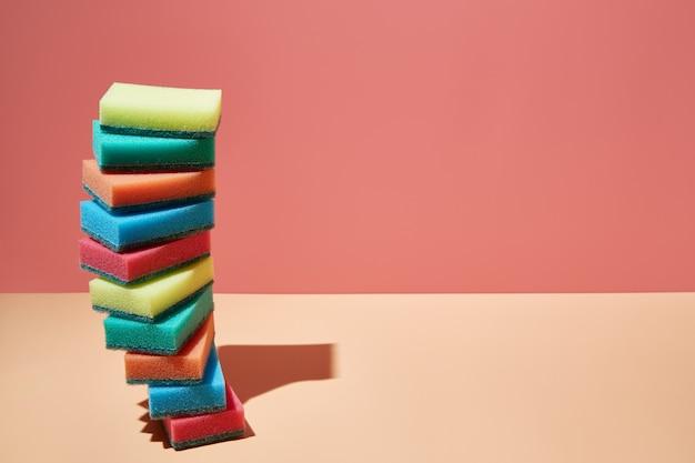 Pilha de esponjas coloridas para pratos