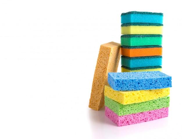Pilha de esponjas de limpeza coloridas