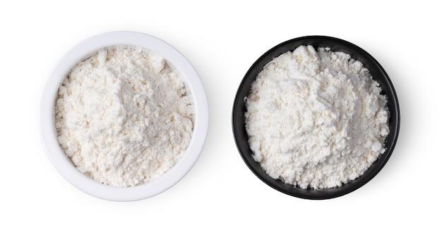 Pilha de farinha em uma tigela isolada