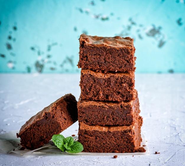 Pilha de fatias quadradas de torta de brownie assada