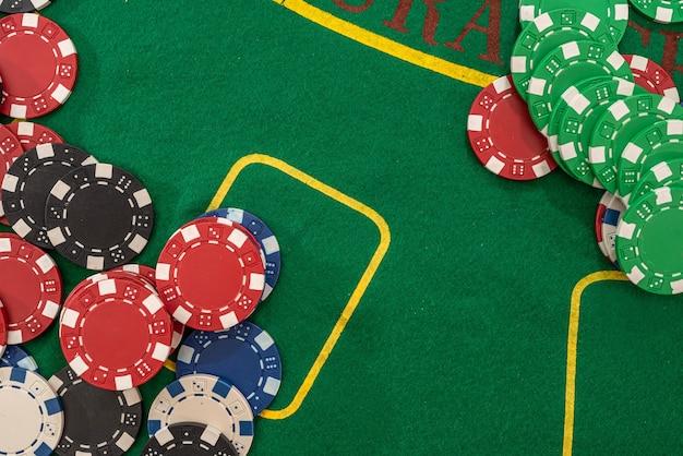 Pilha de fichas de pôquer em uma mesa de cassino