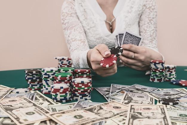 Pilha de fichas em mãos femininas prontas para fazer apostas