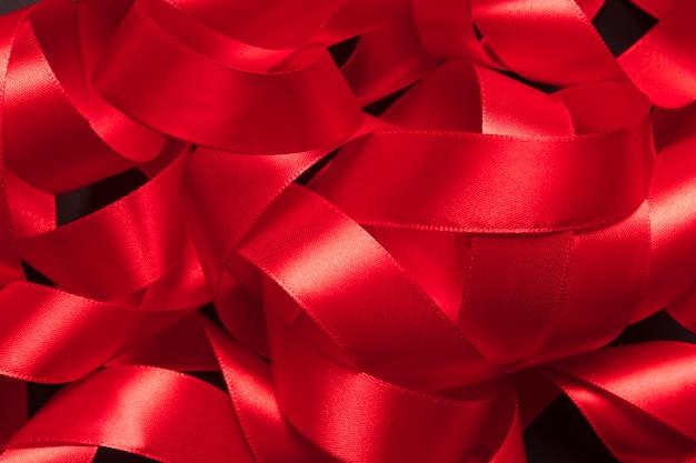 Pilha de fita vermelha emaranhada