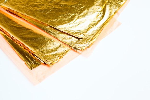 Pilha de folha de ouro quadrado em branco