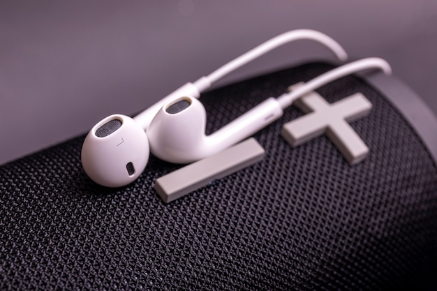 Pilha de fones de ouvido de close-up, acessórios de dispositivo de alto-falante moderno.