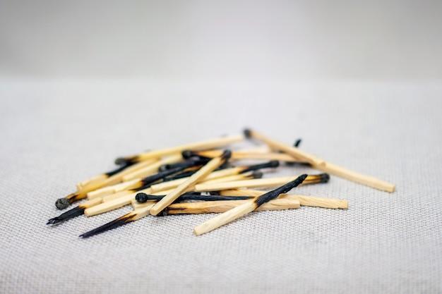 Pilha de fósforos queimados closeup