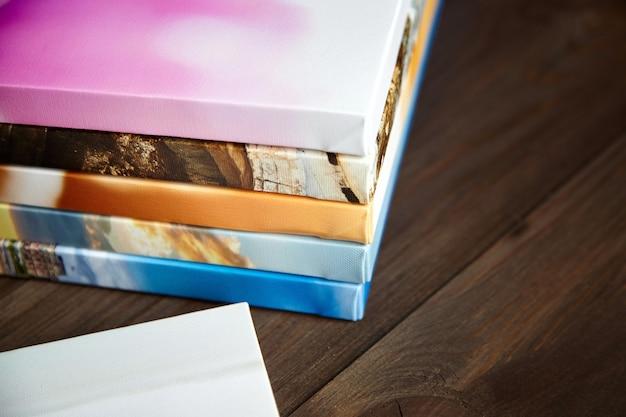 Pilha de fotos impressas em tela, envolvimento de galeria