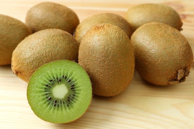 Pilha de frutas frescas kiwi maduras