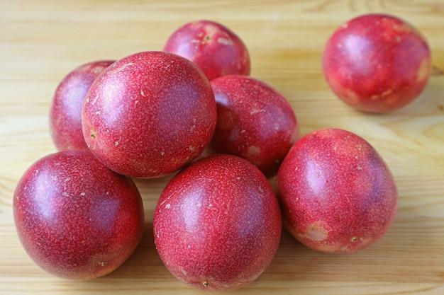 Pilha de frutas frescas maduras da paixão na mesa de madeira