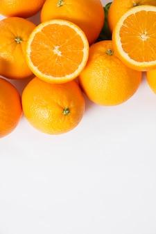 Pilha de frutas inteiras e fatiadas de laranja