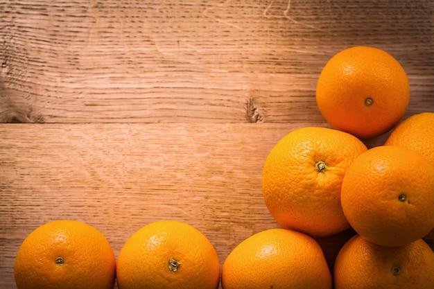 Pilha de frutas laranja com copyspace na mesa de madeira