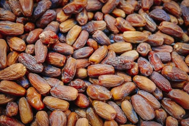 Pilha de frutas secas datas orgânicas.