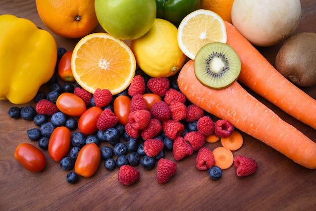Pilha de frutas tropicais frescas coloridas e legumes alimentos saudáveis de verão