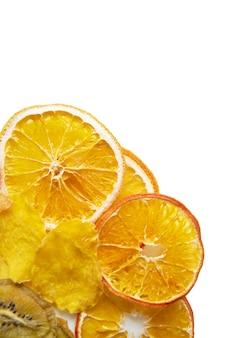 Pilha de frutas tropicais secas isoladas