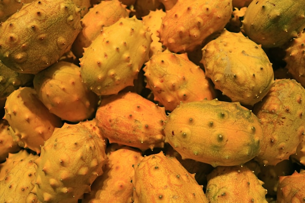 Pilha de frutos de cacto nopal à venda no supermercado de santiago, chile