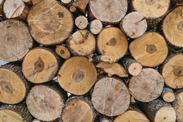 Pilha de fundo de toras de madeira serrada natural
