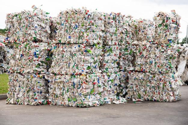 Pilha de garrafas de plástico branco prensadas em uma fábrica de coleta de lixo