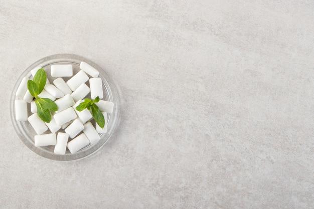 Pilha de gomas brancas com folhas de hortelã