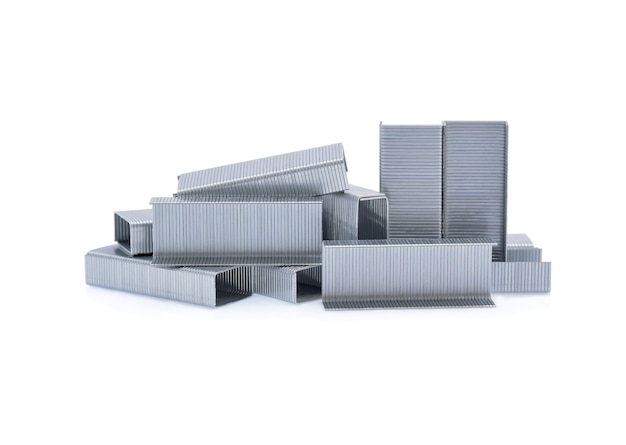 Pilha de grampos metálicos isolados no branco.