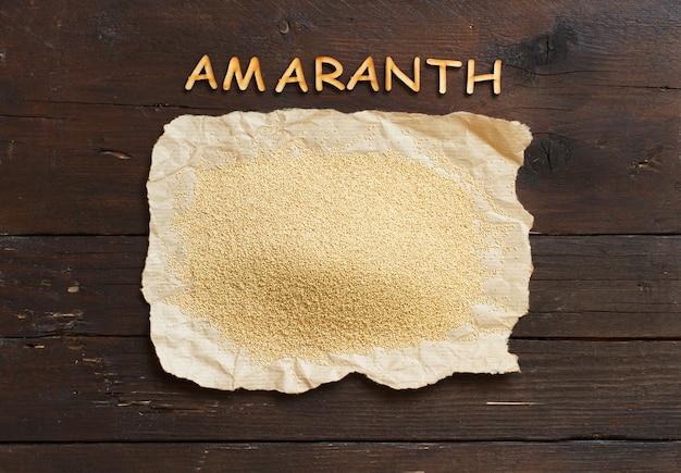 Pilha de grãos de amaranto orgânico cru com letras