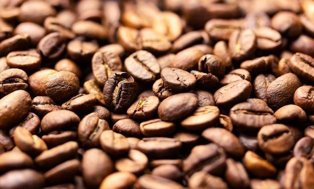 Pilha de grãos de café textura, close-up, fundo escuro, profundidade de campo