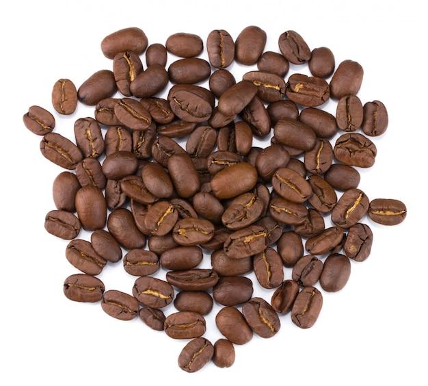 Pilha de grãos de café torrados de cima isolado no fundo branco com traçado de recorte