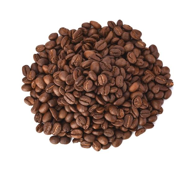 Pilha de grãos de café torrados isolada no branco