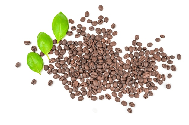 Pilha de grãos de café torrados isolados no branco