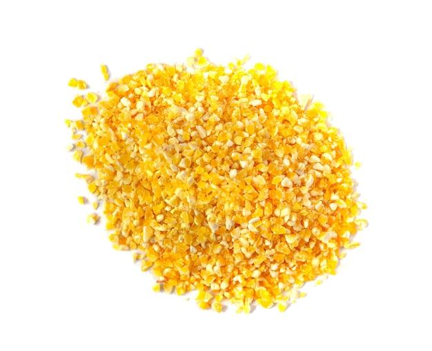 Pilha de grãos de milho isolada no fundo branco, vista de perto