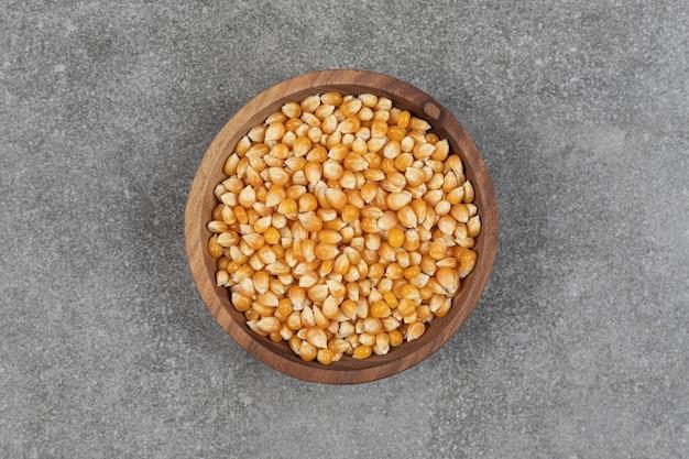 Pilha de grãos secos em uma tigela de madeira.