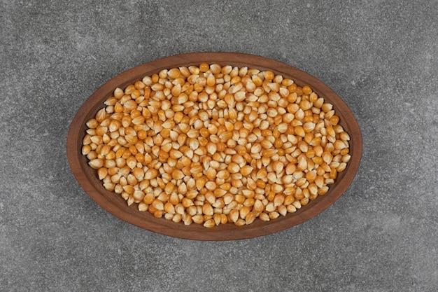 Pilha de grãos secos na placa de madeira.