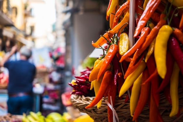 Pilha de habanero picante em nápoles, itália, no mercado de rua da frota com alimentos saudáveis e naturais