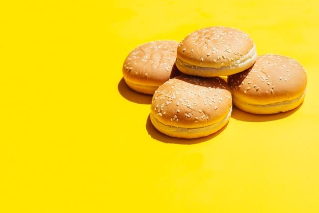 Pilha de hambúrgueres com espaço de cópia