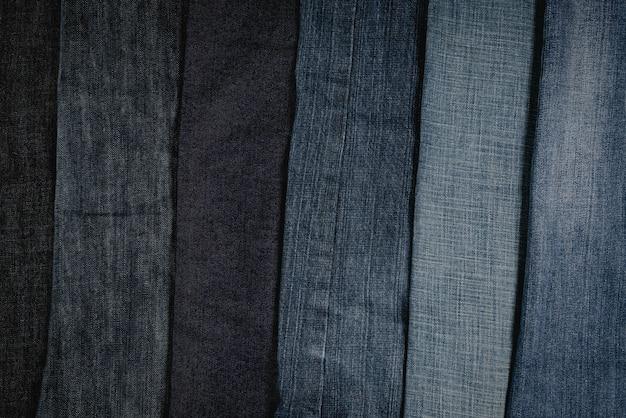 Pilha de jeans desfiada ou jeans azul fundo de coleção