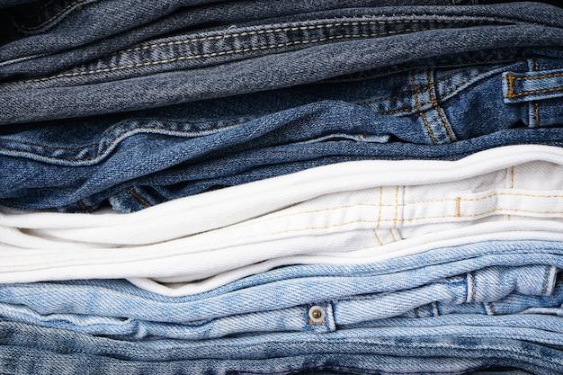 Pilha de jeans dobrado, fundo de jeans.