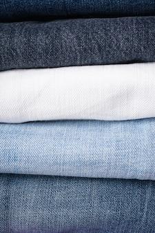 Pilha de jeans dobrados. fechar-se