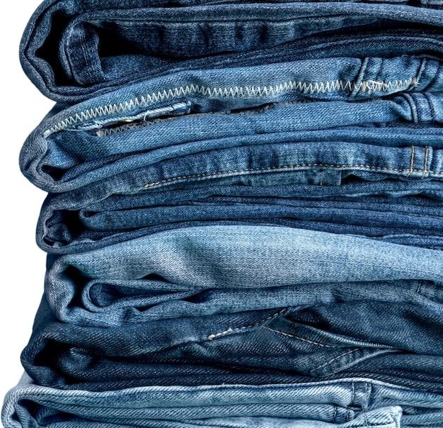 Pilha de jeans isolada em fundo branco
