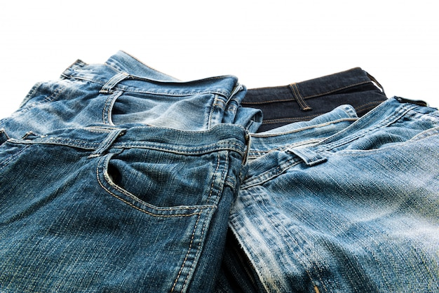 Pilha de jeans isolado no fundo branco