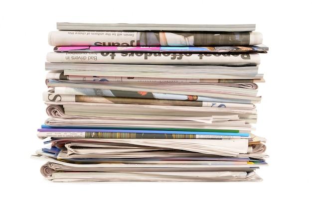 Pilha de jornais e revistas velhas