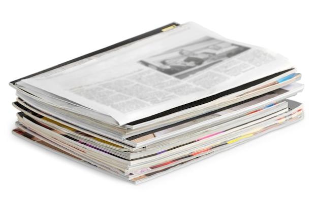 Pilha de jornais em fundo branco