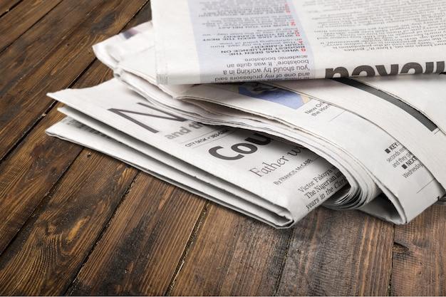 Pilha de jornais no fundo da mesa