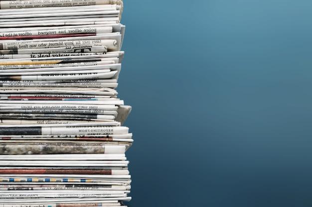 Pilha de jornais no fundo