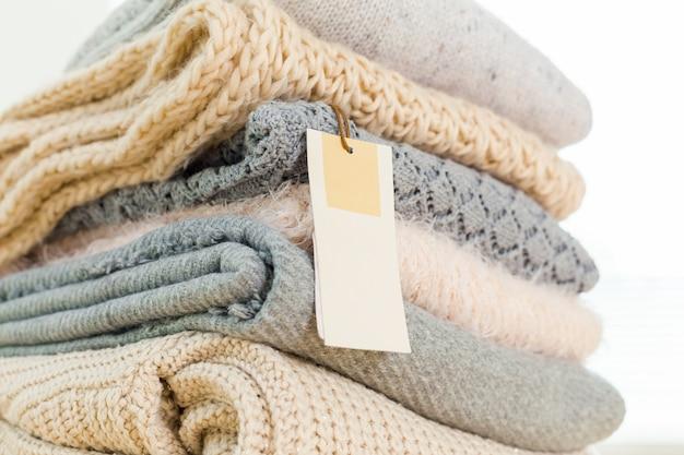 Pilha de lã de malha camisola quente e etiqueta branca para texto