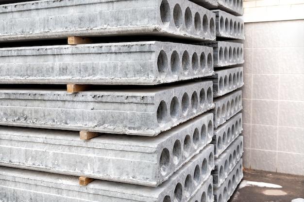 Pilha de lajes de concreto pré-fabricadas com orifício para construção