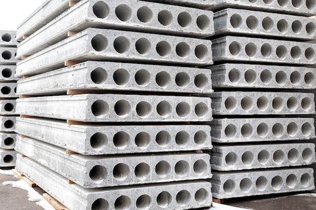 Pilha de lajes pré-fabricadas de concreto com furo para construção.
