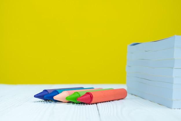 Pilha de lápis de cera de livro e lápis de cera colorfuls